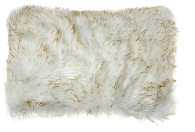 Almofada de tipo pelúcia em tons de branco e bege