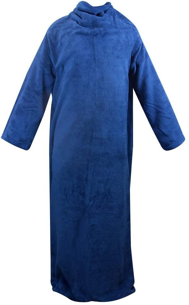 Um cobertor com manga em tecido de pelúcia azul marinho. Tem formato parecido com um roupão