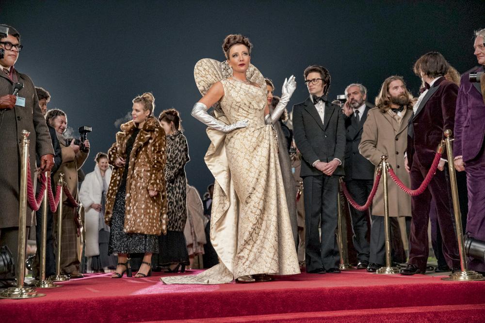 A imagem mostra Emma Thompson com o figurino de Baronesa em cena do filme Cruella