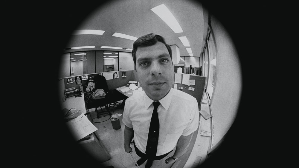 A imagem, preta e branca, é um retrato do jornalista Terry mas com efeito 'olho de peixe', em que tudo que fica mais afastado do centro acaba ficando esticado.