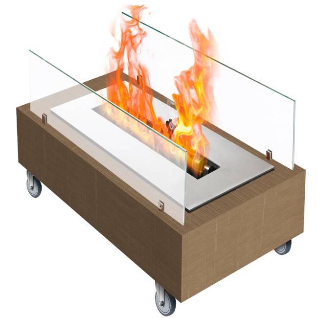 Uma lareira portátil. Há chamas saindo da estrutura de madeira, metal e vidro