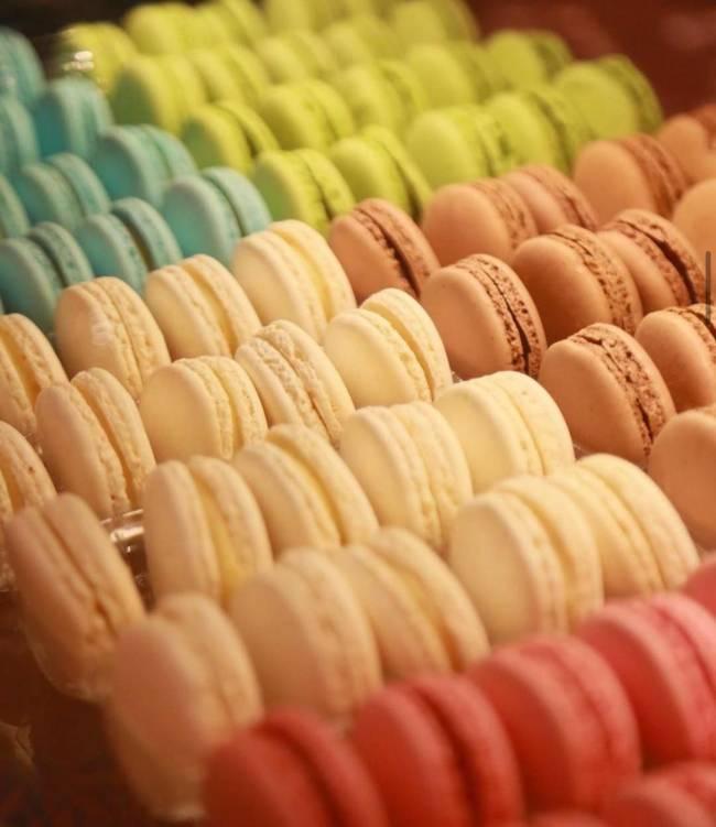 Vários macarons coloridos alinhados.