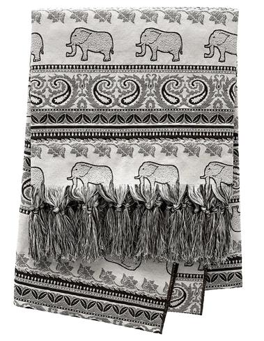 Manta dobrada com estampa de elefantes e símbolos indianos. Preta e branca