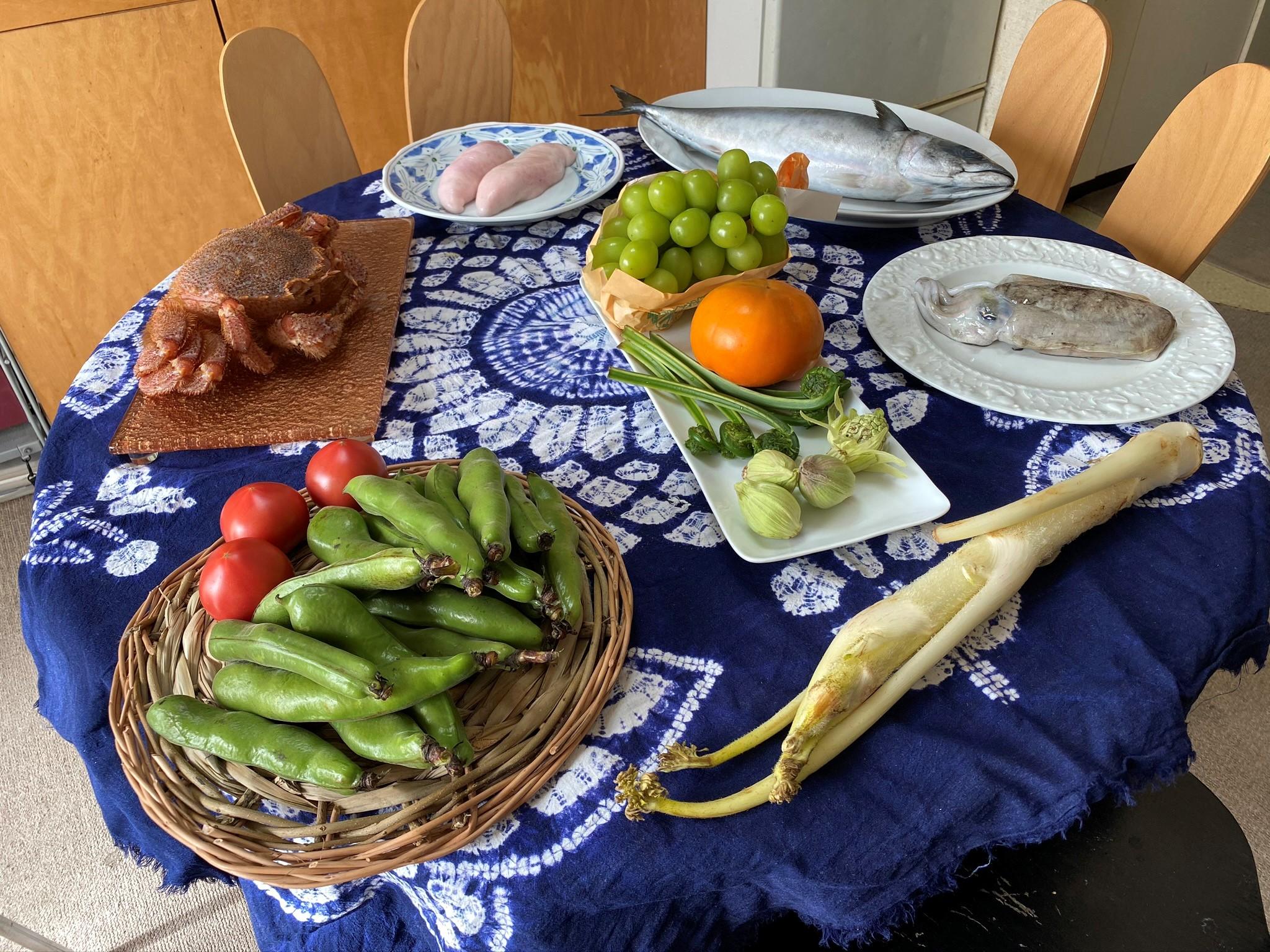 Mesa com pescados e vegetais in natura comprados no mercado Tsukiji