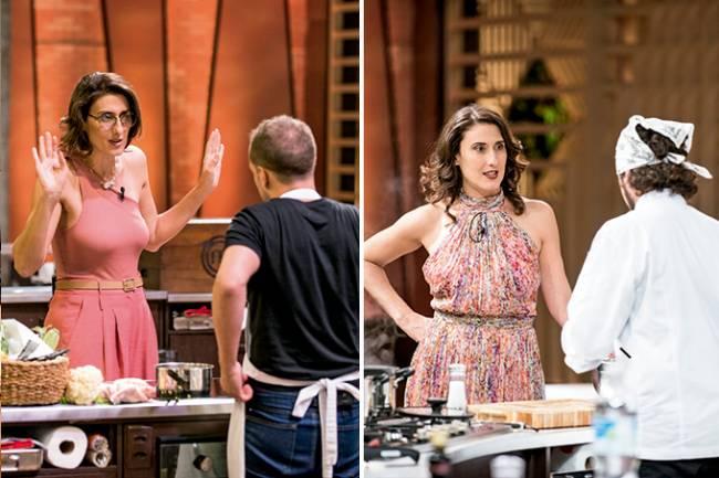 Duas fotos unidas verticalmente por linha branca. Em ambas, a chef Paola Carosella avalia pratos de homens de costasoto) durante o programa MasterChef.