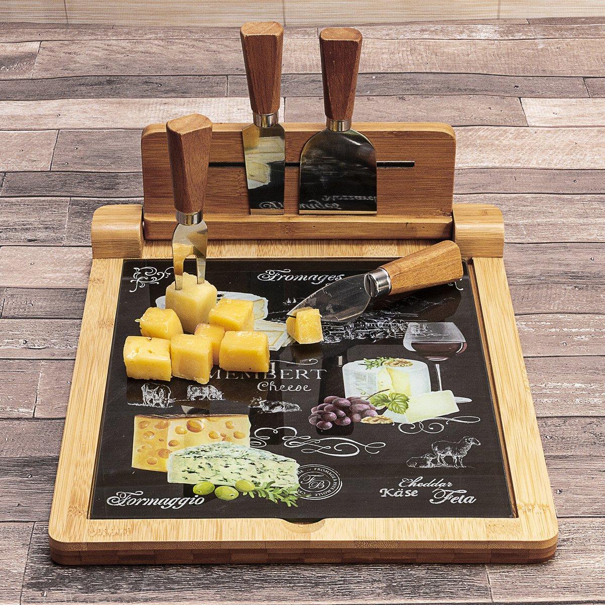 Em fundo de madeira, uma tábua de queijos tem queijos 1 faca, 1 cutelo, 1 garfo e uma espátula em cima
