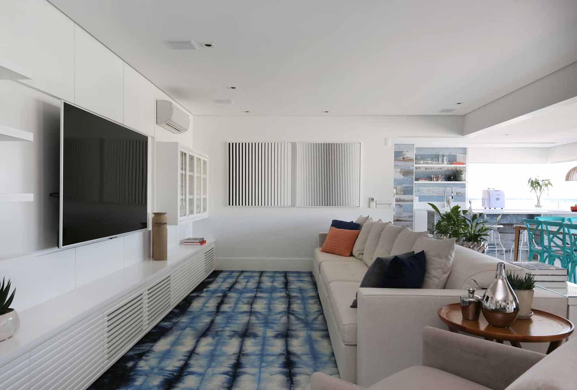 Azul une apartamento visualmente e é ponto de luz em decoração clean