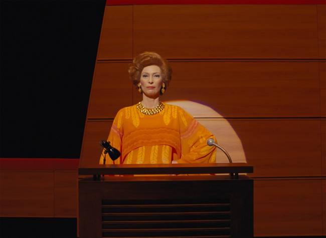 Tilda Swinton em cena de A Crônica Francesa, dirigido por Wes Anderson