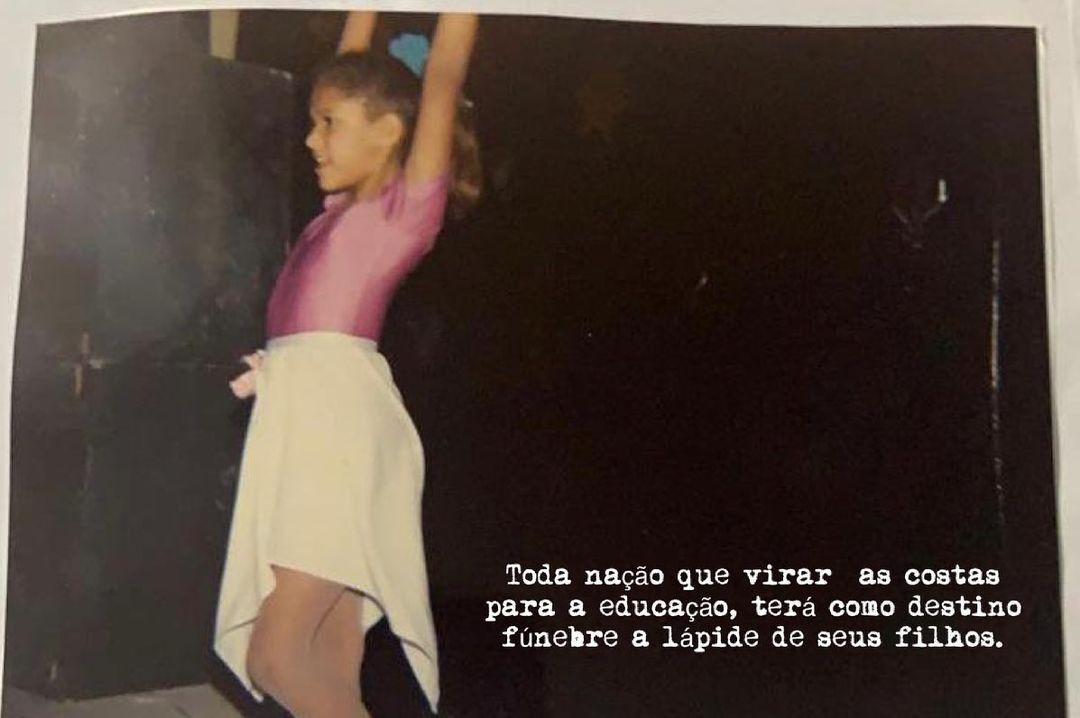 Imagem mostra menina usando saia, body e calça legging, com cabelos presos, dançando com braços para o alto. No canto inferior direito, frase diz: