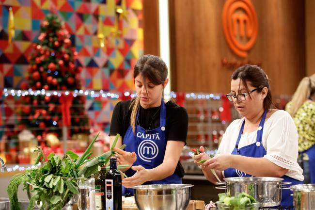 Elisa Fernandes (à esquerda) e Helena Manosso (à direita) cozinhando em bancada do MasterChef.