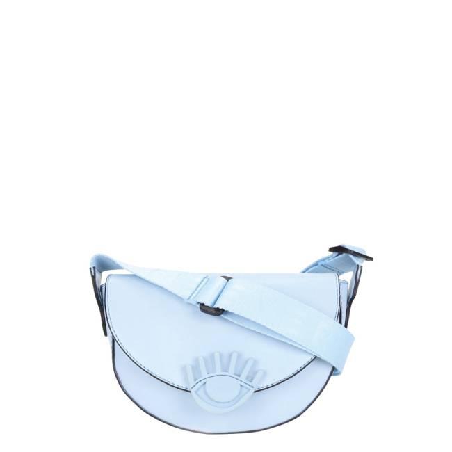 Uma bolsa azul em formato meia lua. Botão é em formato de olho