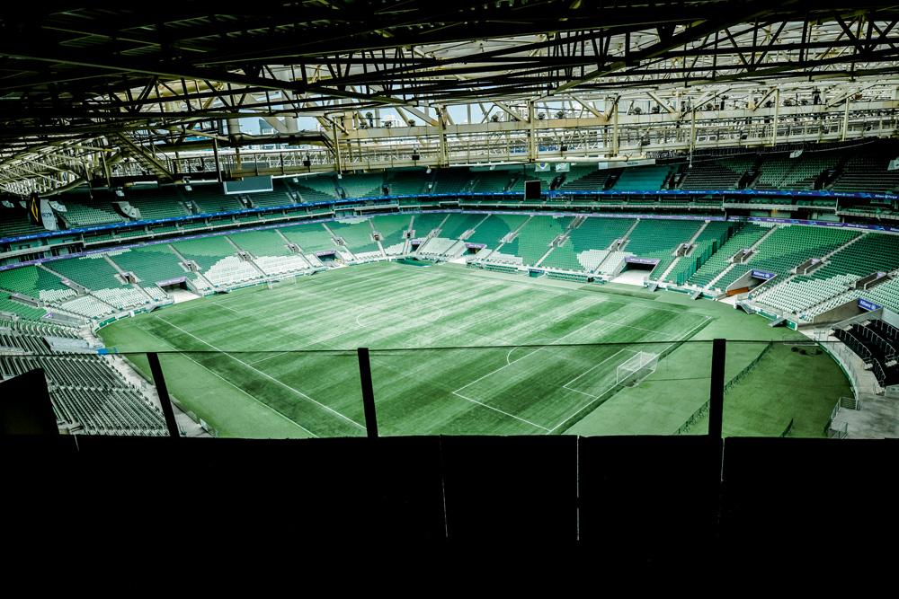 vista do estádio a partir de um pónto alto da arquibancada em uma das quinas do estádio