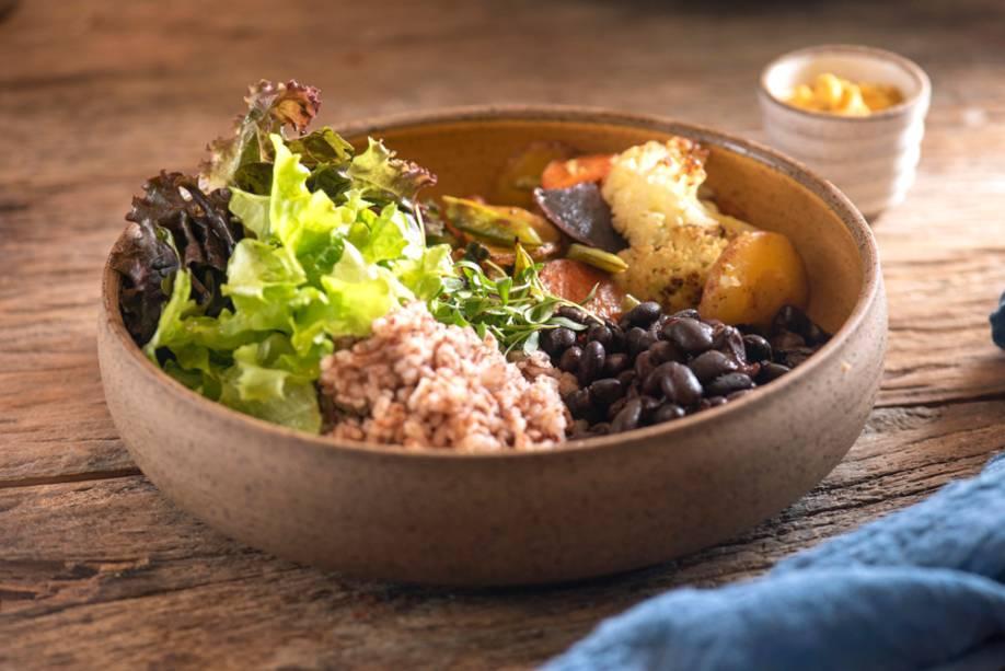 Ocidente: arroz, feijão, vegetais salteados, salada, farofa e molho de cenoura com gengibre