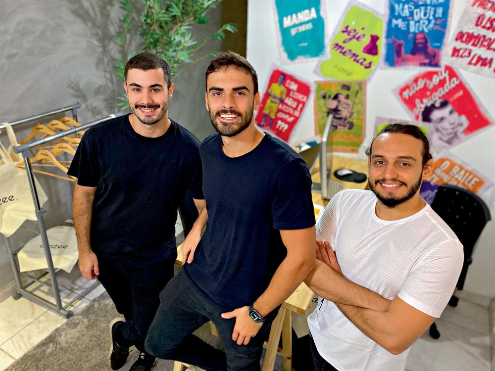 os três fundadores, homens, do app clozee posando para a foto Daniel Rizzuto está no centro