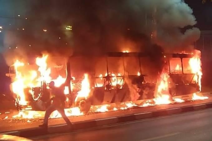 Coletivo da empresa Benfica BBTT incendiado na noite deste sábado (26), em Cotia, na Grande SP (REPRODUÇÃO)