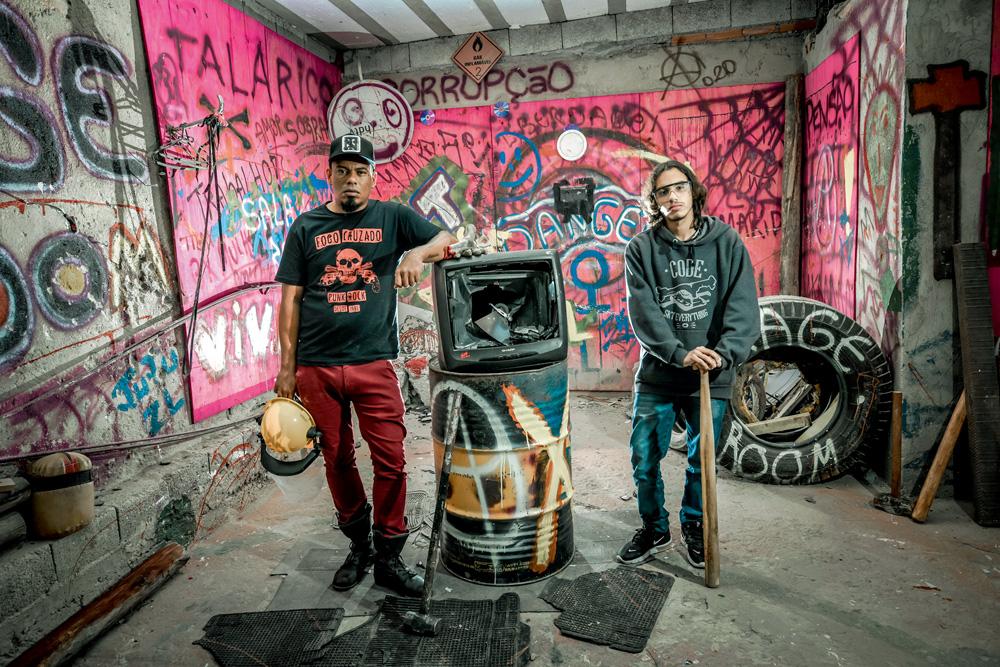 irmãos vitor e vanderlei rodrigues posando para a foto com os instrumentos de proteção e o objeto quebrado