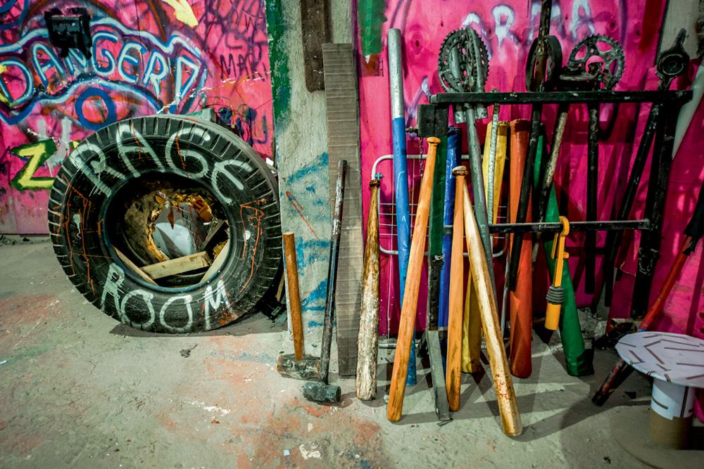 detalhe da sala da raiva com os instrumentos disponíveis para uso junto com um pneu grande escrito