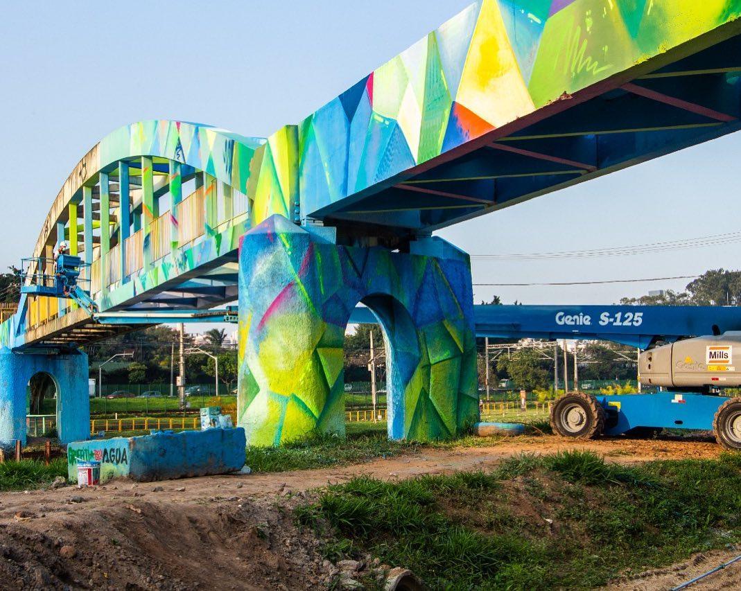 Ponte colorida em formatos geométricos.