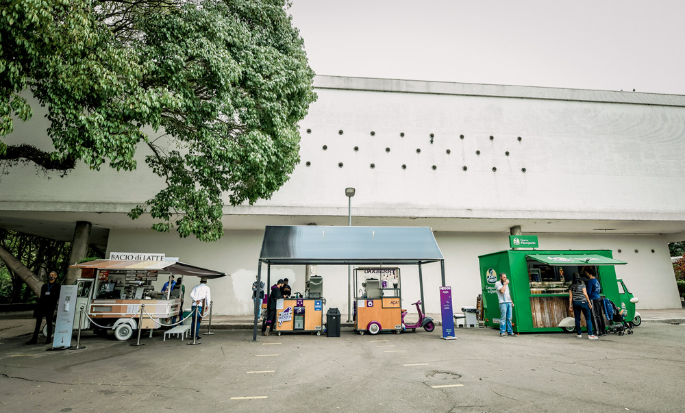 A imagem mostra três foodtrucks no parque Ibirapuera.