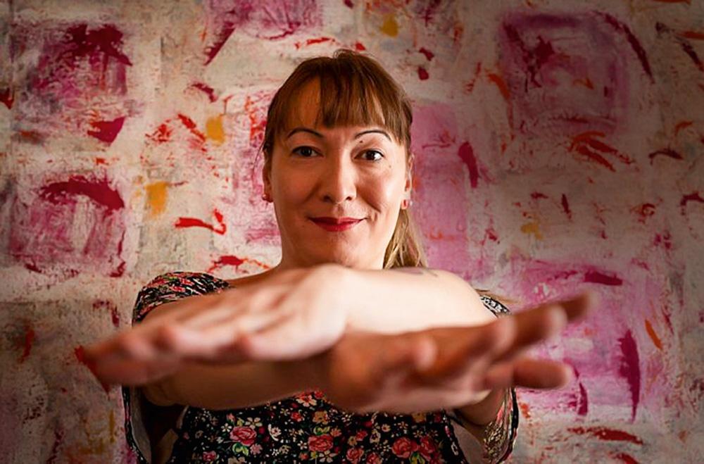 julhia katherine posando para a foto com os braços esticados para frente com uma mão sobre a outra
