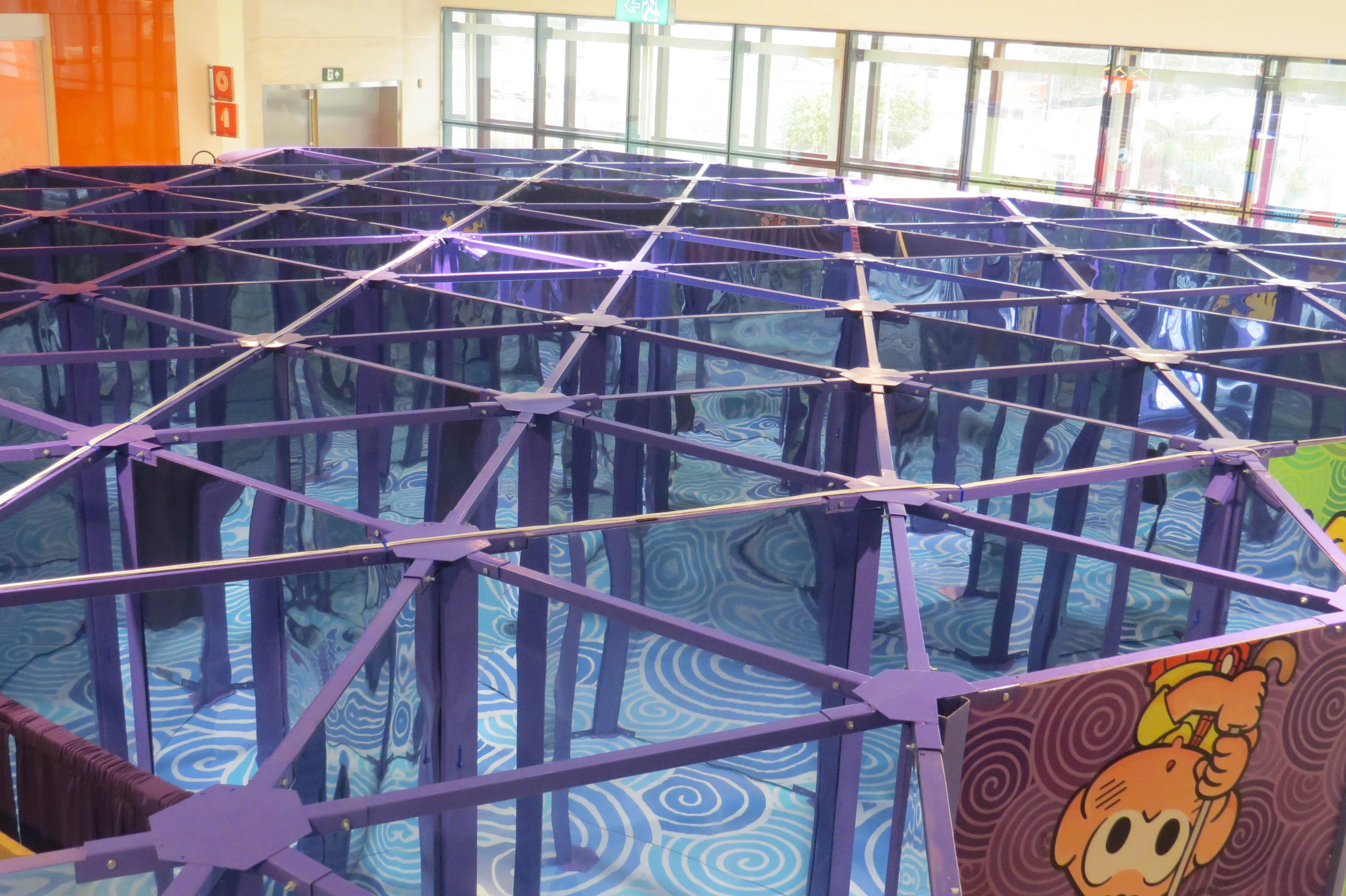 A imagem mostra a visão superior do labirinto no shopping Ibirapuera