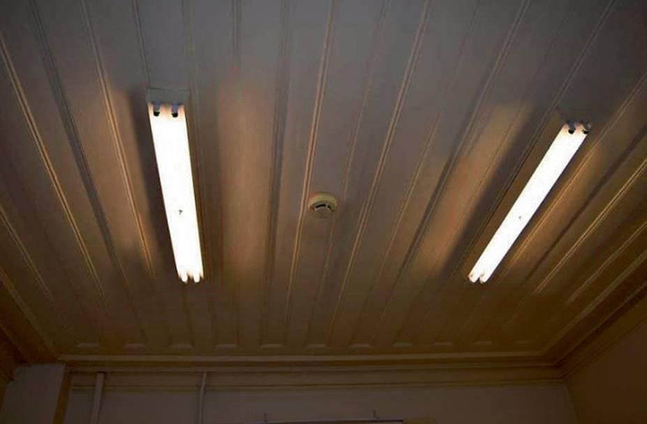 A luminária instalada diretamente no forro de madeira e sensor de fumaça quebrado: perigo