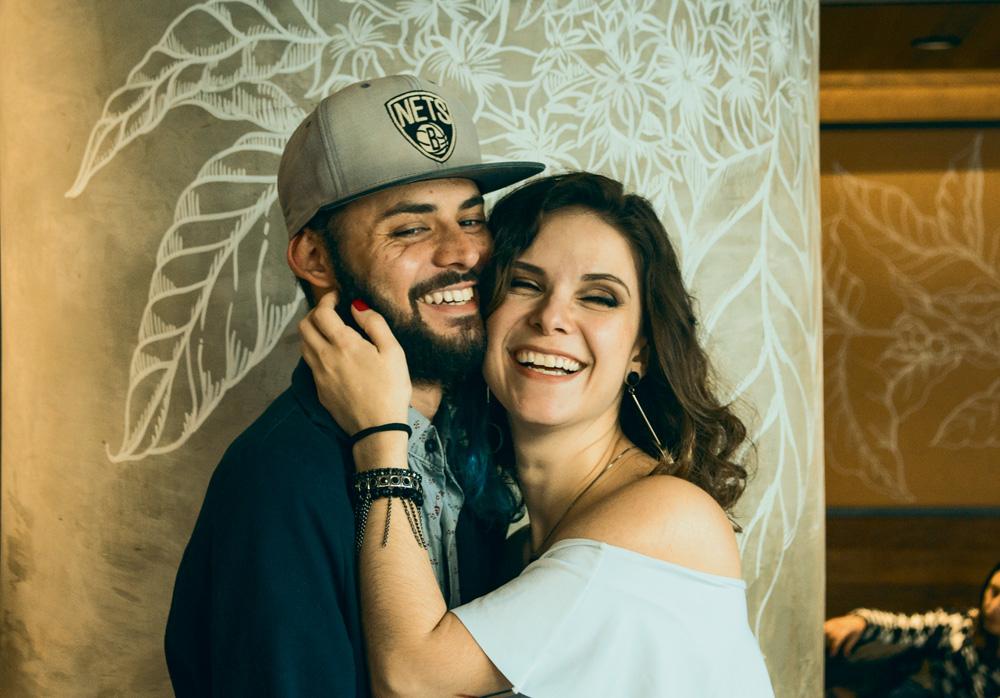 thiago e mariana sorrindo para a foto
