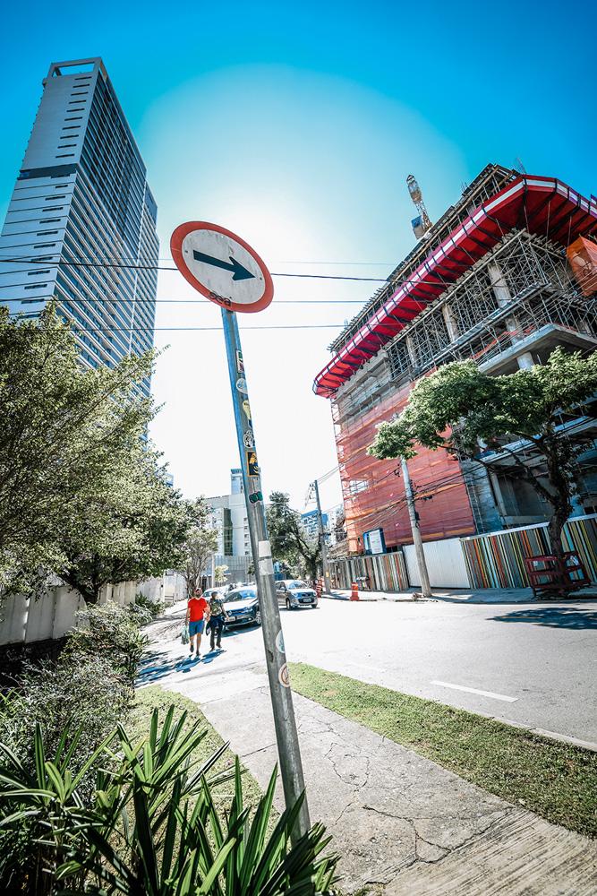 A imagem, vista da perspectiva da rua, mostra um prédio em construção na região do Sumarezinho