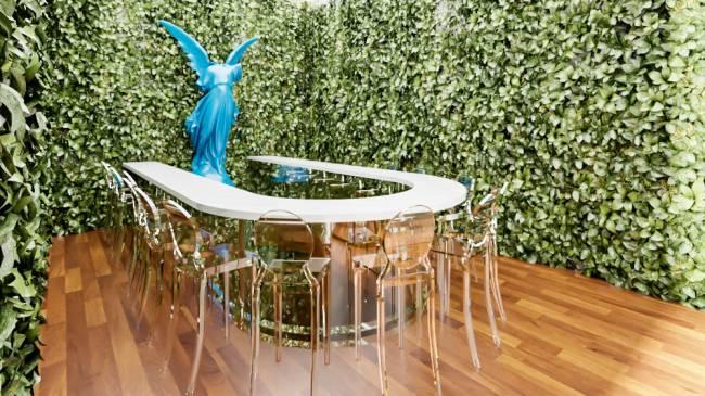 Projeção 3D do restaurante Lvtetia. Paredes em formato de U cobertas por folhas com bancada na mesma forma rodeada por banquetas de acrílico transparente.
