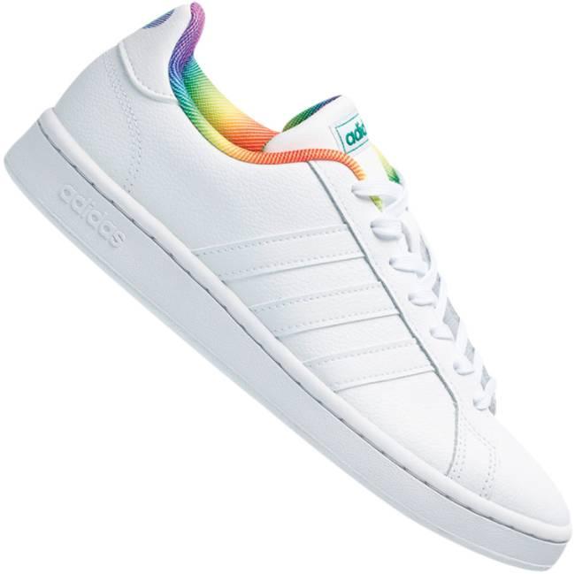 Tênis branco com a parte interior estampada com as cores da bandeira LGBT