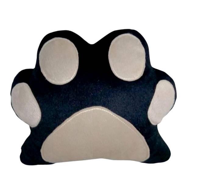 Uma almofada no formato e desenho de uma pata de cachorro