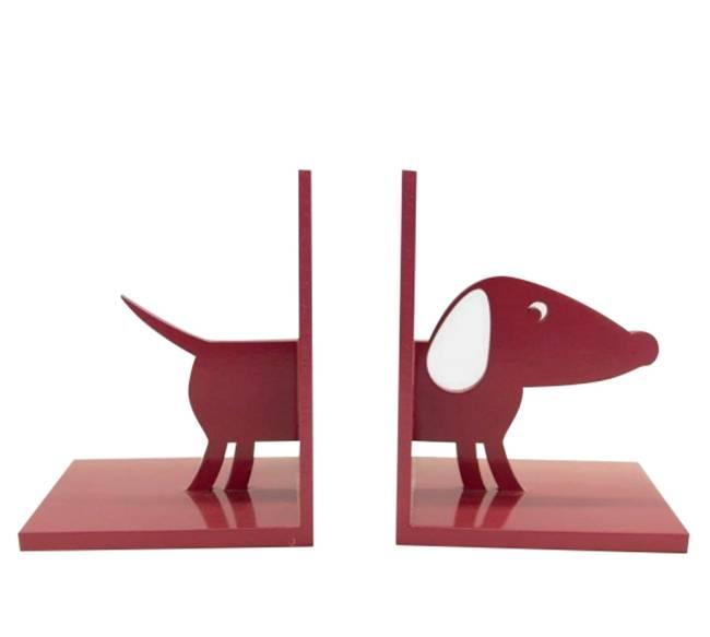Um cachorro dividido ao meio com dois paus para cima