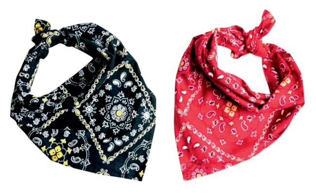 Duas bandana, uma preta e uma vermelha com detalhes traçados em branco nas duas
