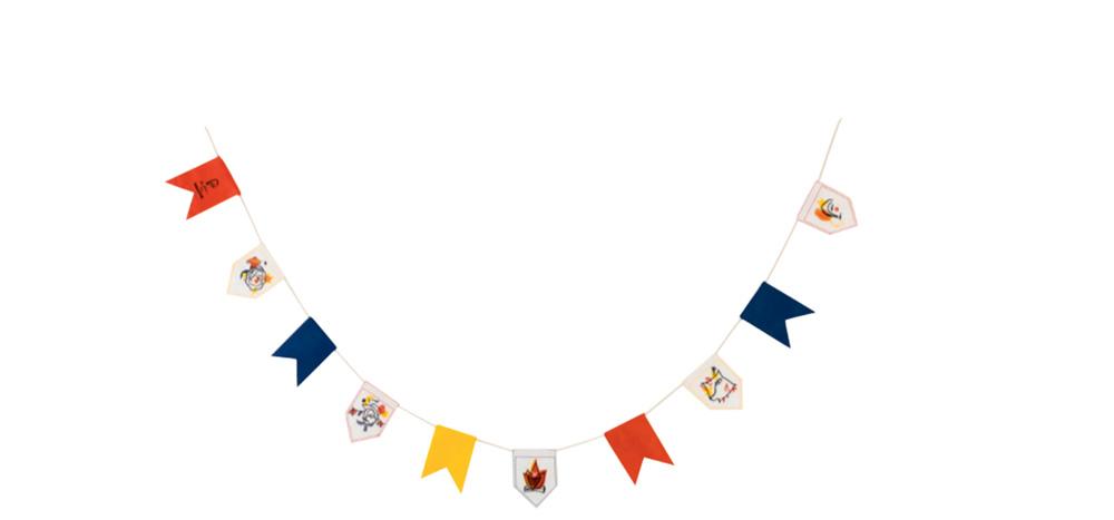 Bandeirinhas de festa junina estilizadas em amarelo, laranja e azul escuro