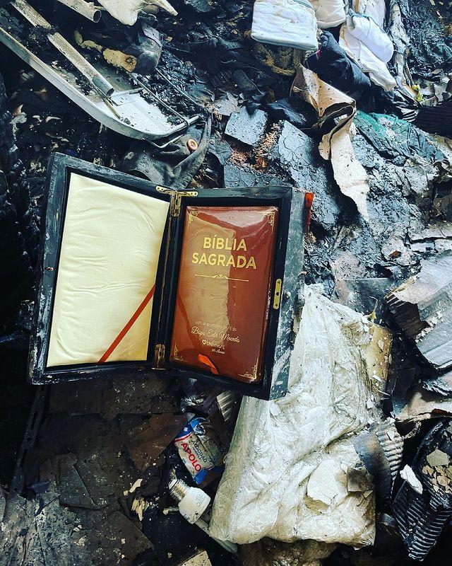 destroços de incêndio com uma bíblia enquadrada intacta