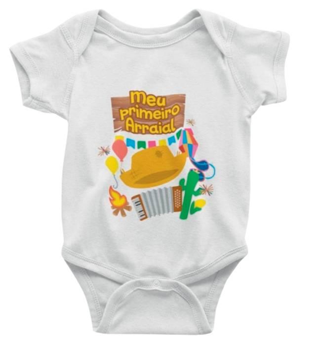 Um body de bebê branco com desenhos de chapéu de palha, sanfona, fogueira e escrito