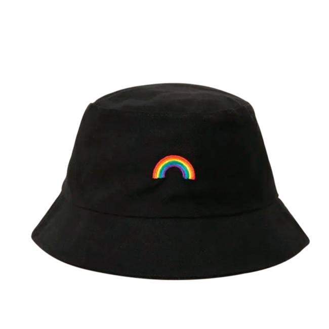 Chapéu bucket tem arco-íris bordado