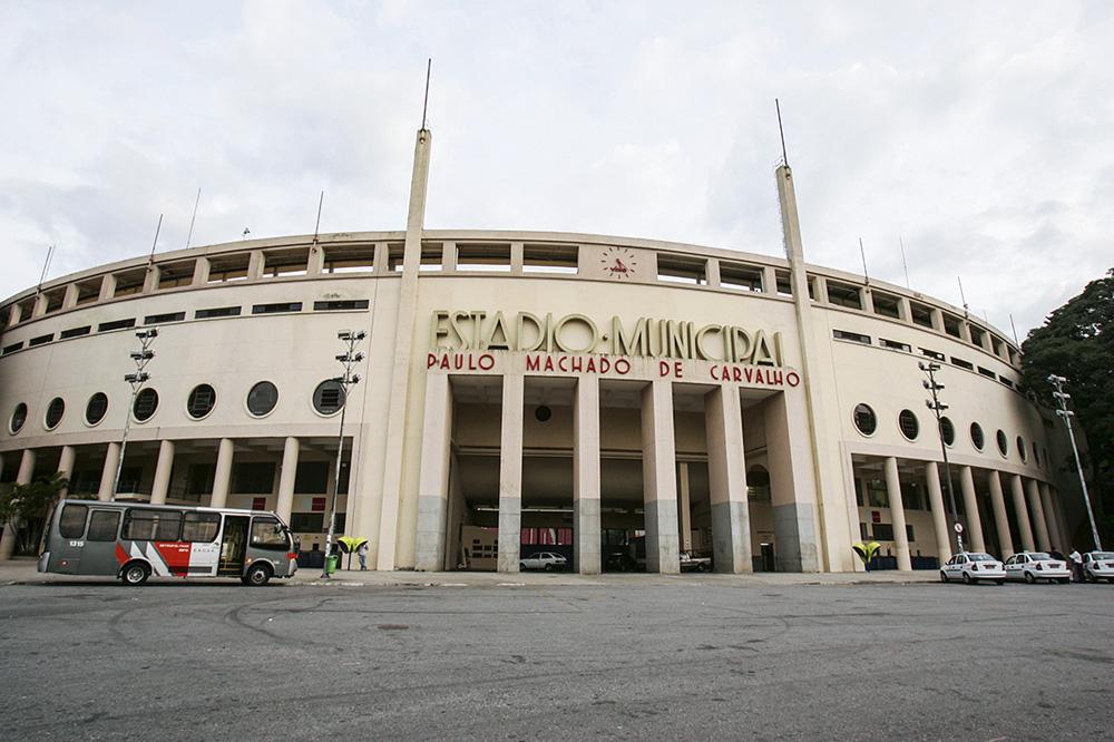 Foto da fachada do Estádio do Pacaembu, tem letreiro grande do nome do local