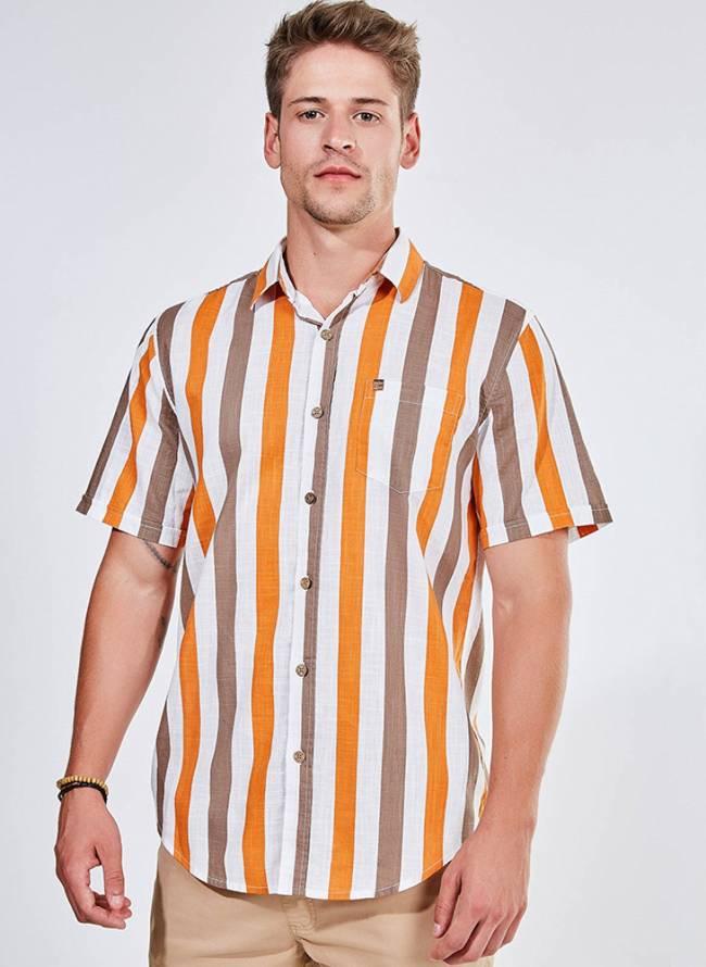 Homem loiro veste uma camisa com botões de estampa listrada em laranja e roxo