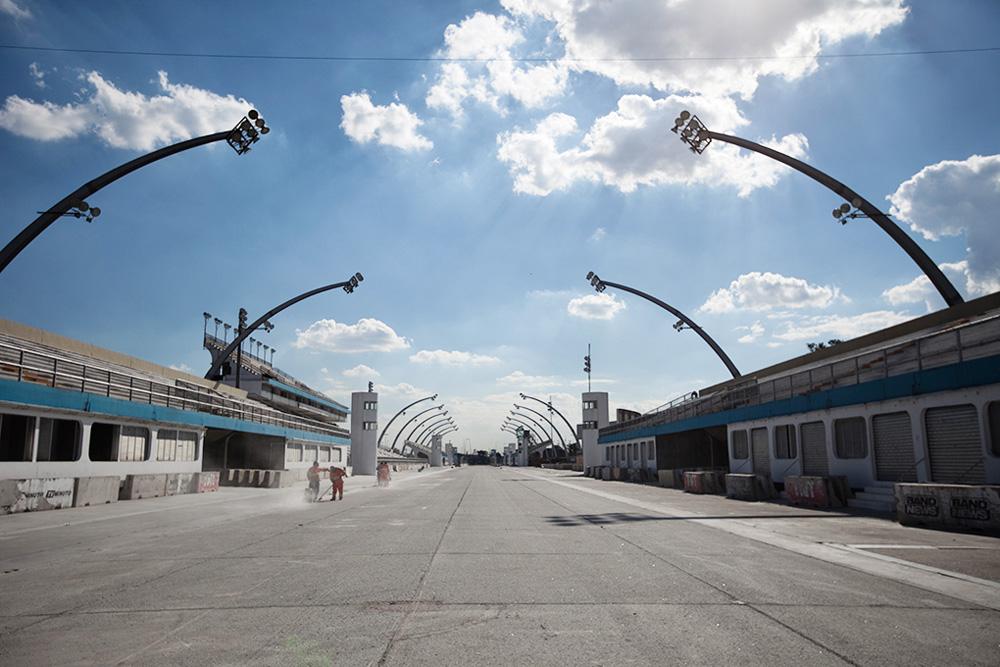 Foto da pista do Sambódromo do Anhembi. Arquibancadas e grandes lustres na foto