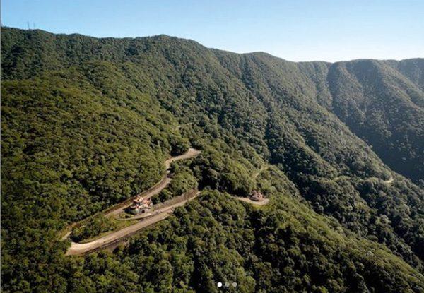 Foto mostra montanhas e estrada nelas