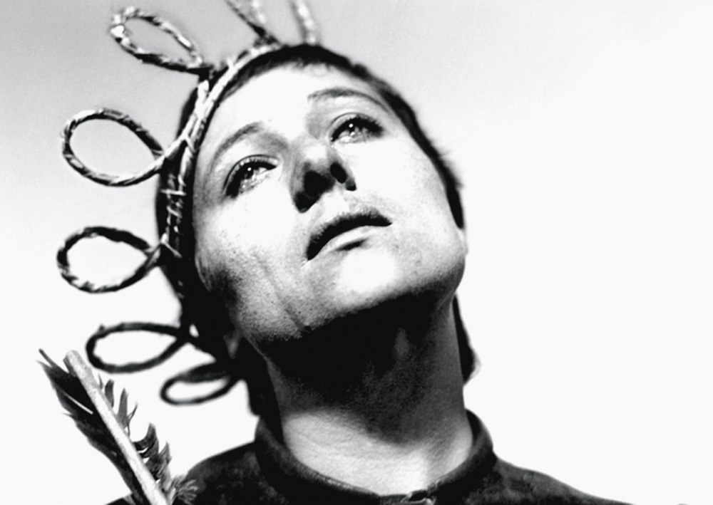 L'immagine mostra il volto di Rene Jean Falconetti che guarda in alto durante il film
