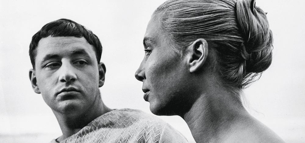 La foto mostra un primo film di La Pointe Courte in cui un uomo affronta un'altra donna.  Guardando dritto negli occhi, chi sta guardando dritto davanti a sé.
