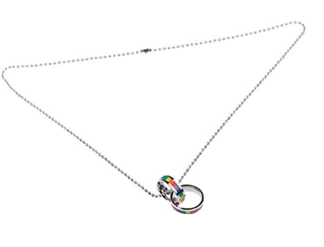 Colar em aço tem dois anéis pendurados com a bandeira LGBT