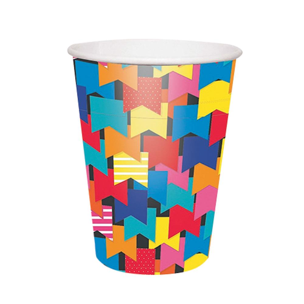 Copo estampado com bandeirinhas coloridas