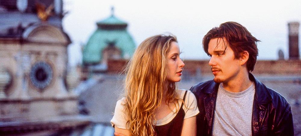 A imagem do filme mostra Julie e Etha bem próximos, um olhando para os olhos do outro.