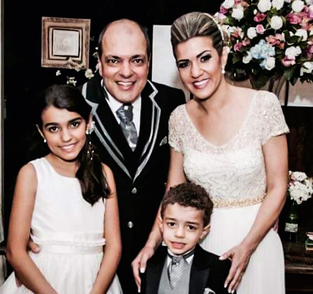 anna e marcelo no dia do casamento posando para a foto com os filhos giovanna e guilherme. todos estão com roupas para a ocasião