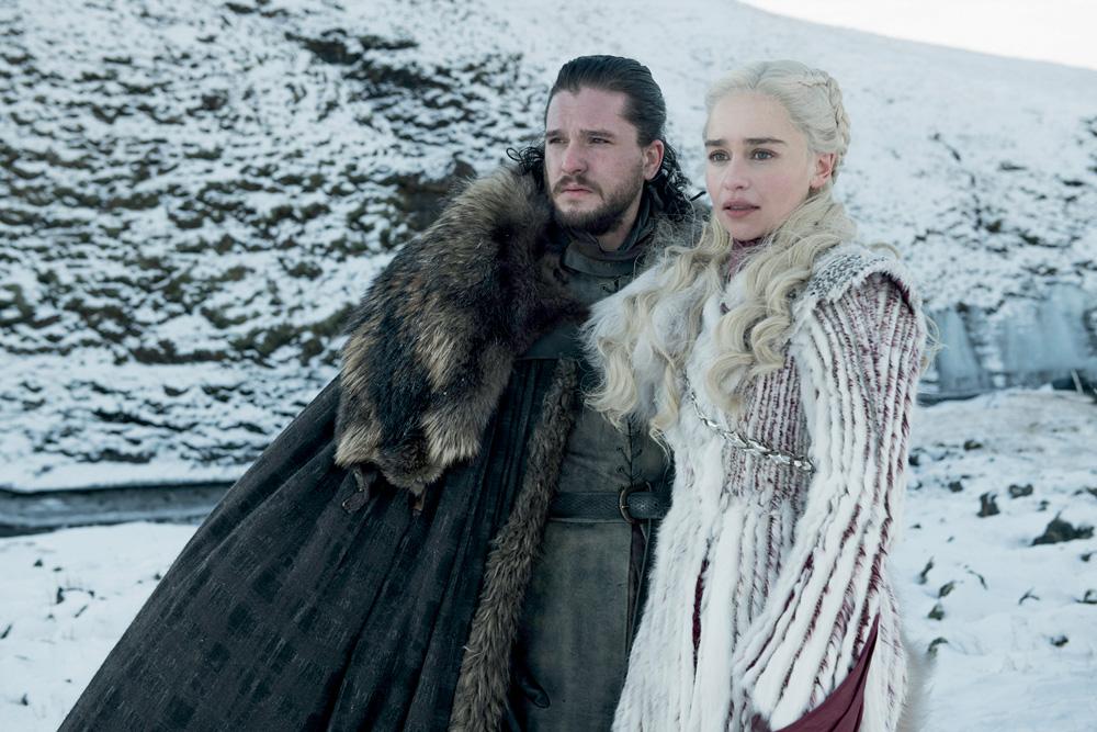 A imagem mostra dois personagens da série com roupas da época medieval em um ambiente com muita neve.