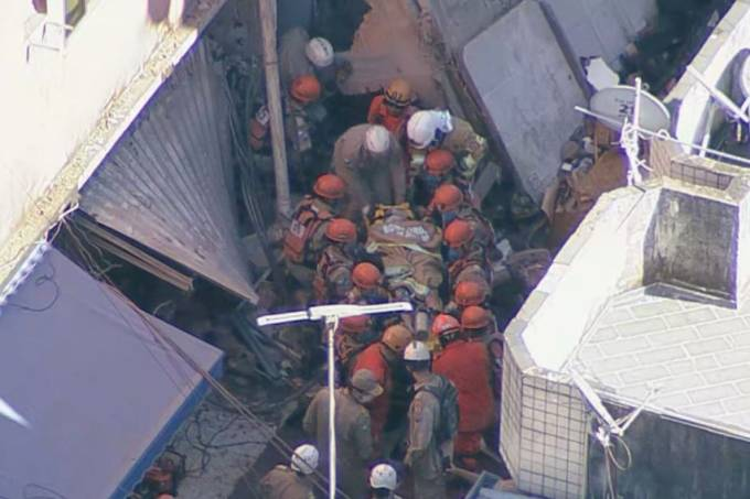 Resgate de vítima em prédio que desabou em Rio das Ostras, no RJ
