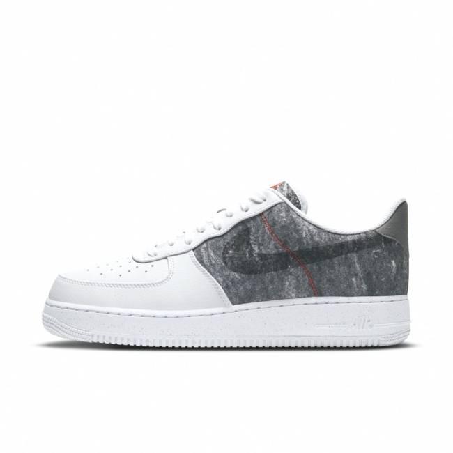 Tênis de lado branco e cinza com textura e símbolo da Nike